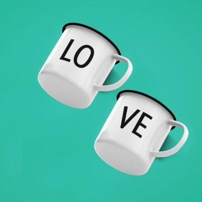 2 Tassen aus Emaille
