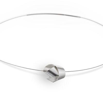 Der Anhänger BOW ist aus einem langen Silberstreifen gearbeitet, der um sich selbst gewunden zu einem Knoten wird.