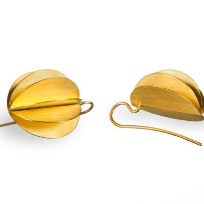 Lampion Ohrhänger sind aufgefächert wie ein Lampion, das goldplattierte Silber reflektiert warm das Licht