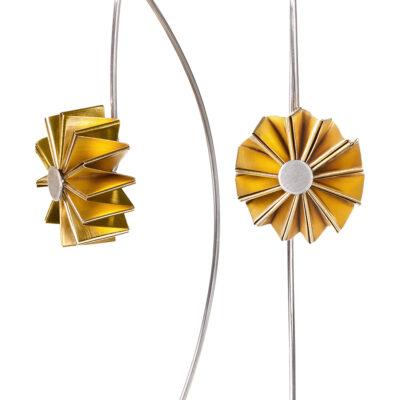Die Ohrhänger MULINO besitzen kleine Rädchen, die nach der japanischen Papierkunst Origami gefaltet sind. Sie lassen sich tatsächlich wie bei einem Windrad drehen.