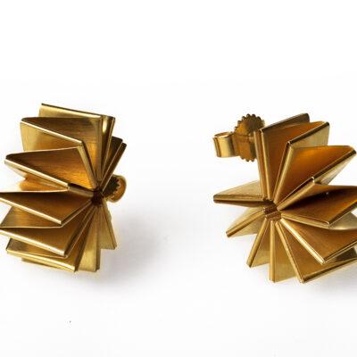 Nautilus sind Ohrstecker aus goldplattiertem Silber, die von Hand nach der japanischen Papierkunst Origami gefaltet sind.
