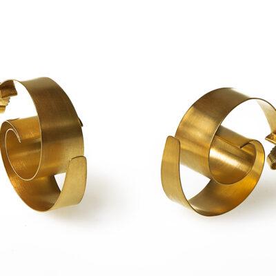 Onda sind wunderschön leichte, geschwungene Ohrstecker aus goldplattiertem Silber