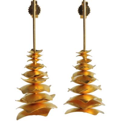 PAGODEN sind wunderbar leichte Ohrhänger aus goldplattiertem Silber. Sie bestehen aus vielen quadratischen Plättchen, die wie Papier anmuten und leise klimpern.