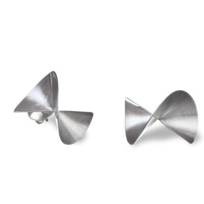 leichte, geschwungene Ohrstecker aus Silber