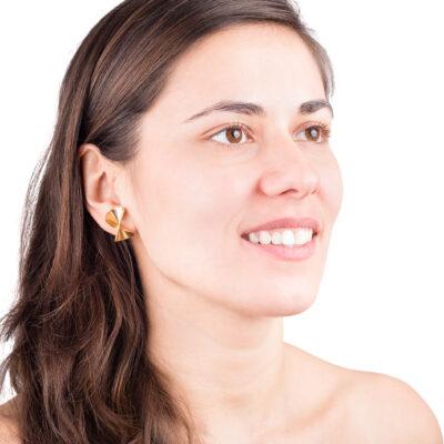 leichte, geschwungene Ohrstecker aus goldplattiertem Silber