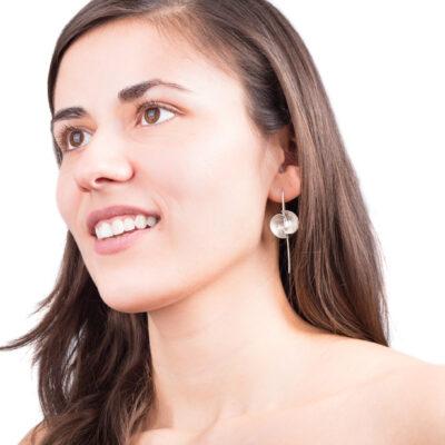 Die Ohrhänger VOLTA sind besonders grazile Ohrringe aus Silber