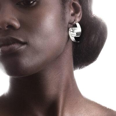 Onda sind wunderschön leichte, geschwungene Ohrstecker aus Silber