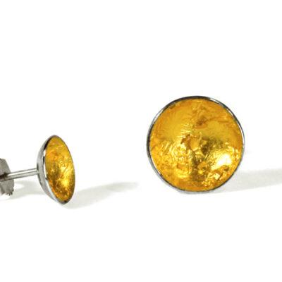 Die kleinen, schalenförmigen Ohrstecker aus Silber und Blattgold leuchten golden